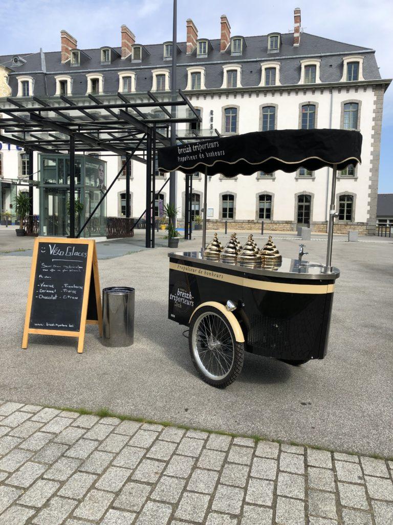 Charriot à glaces sur le parvis à Saint-Brieuc